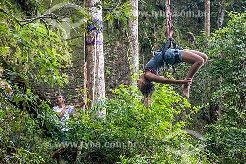 Praticante de slackline na Parque Nacional da Tijuca próximo à Cachoeira do Box no Horto  - Rio de Janeiro - Rio de Janeiro (RJ) - Brasil