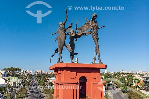 Foto feita com drone dos anjos em bronze - representando o cristianismo, islamismo e judaísmo - na Fonte de Jerusalém  - Curitiba - Paraná (PR) - Brasil