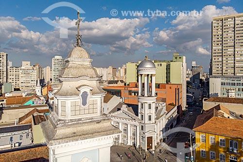 Foto feita com drone do campanário da Igreja de Nossa Senhora do Rosário de São Benedito (1946) com a Igreja Presbiteriana Independente de Curitiba ao fundo  - Curitiba - Paraná (PR) - Brasil