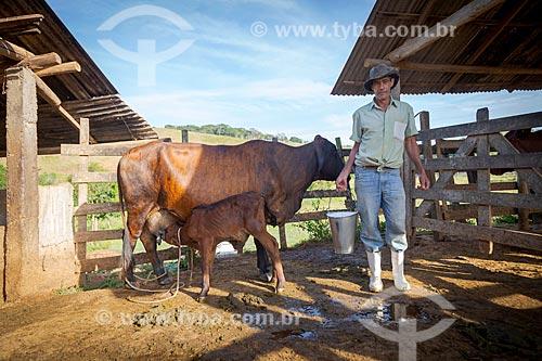 Trabalhador rural em curral na zona rural da cidade de Guarani  - Guarani - Minas Gerais (MG) - Brasil