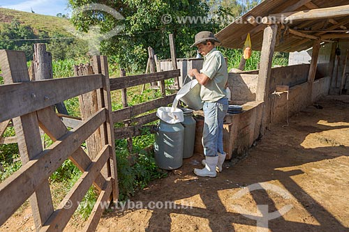 Trabalhador rural armazenando leite em latão na zona rural da cidade de Guarani  - Guarani - Minas Gerais (MG) - Brasil