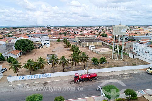 Foto feita com drone de caminhão pipa abastecendo na caixa dágua da COMPESA (Companhia Pernambucana de Saneamento)  - Cabrobó - Pernambuco (PE) - Brasil