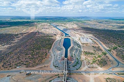 Foto feita com drone de aqueduto no canal do Projeto de Integração do Rio São Francisco com as bacias hidrográficas do Nordeste Setentrional sobre a Rodovia BR-316 - eixo leste  - Floresta - Pernambuco (PE) - Brasil