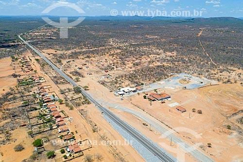 Foto feita com drone da trecho da Rodovia PE-360  - Floresta - Pernambuco (PE) - Brasil