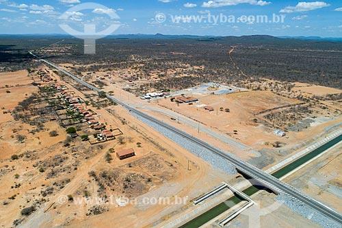 Foto feita com drone do canal do Projeto de Integração do Rio São Francisco com as bacias hidrográficas do Nordeste Setentrional - eixo leste - com a Rodovia PE-360  - Floresta - Pernambuco (PE) - Brasil