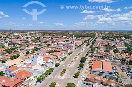 Foto feita com drone de trecho da Avenida Coronel Jerônimo Pires com a Igreja de Nossa Senhora do Patrocínio (Século XIX)  - Belém de São Francisco - Pernambuco (PE) - Brasil