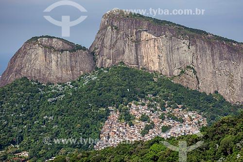 Vista da Favela da Rocinha com o Morro Dois Irmãos a partir do Parque Nacional da Tijuca  - Rio de Janeiro - Rio de Janeiro (RJ) - Brasil