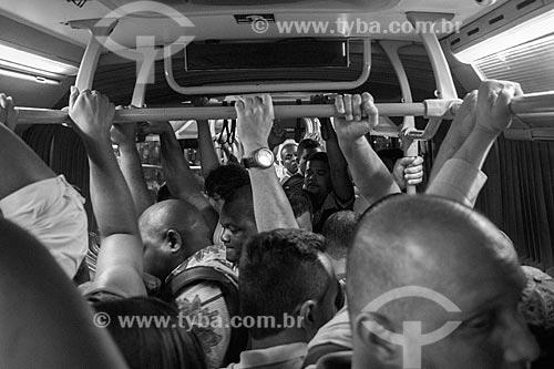 Detalhe de passageiros no interior de ônibus do BRT Transoeste  - Rio de Janeiro - Rio de Janeiro (RJ) - Brasil