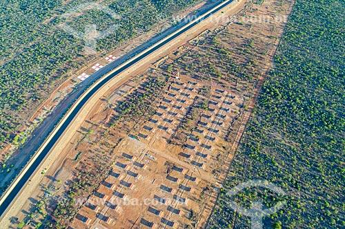Foto feita com drone do canal do Projeto de Integração do Rio São Francisco - eixo norte - com conjunto habitacional para moradores afetados pela construção do canal  - Cabrobó - Pernambuco (PE) - Brasil