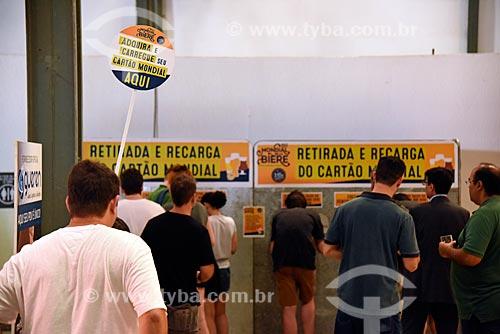 Fila em posto de retirada e recarga de cartão para consumo no Mondial de la Bière - festival internacional de cervejas - em Armazém do Cais da Gamboa  - Rio de Janeiro - Rio de Janeiro (RJ) - Brasil