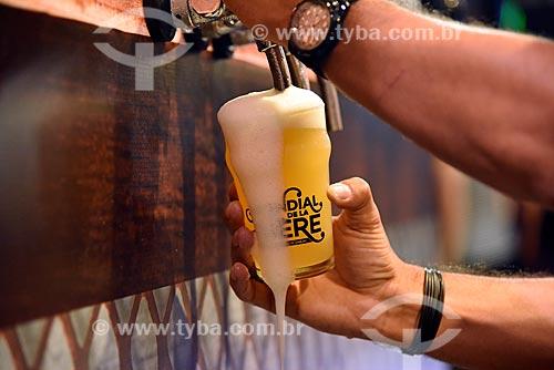 Detalhe de mão tirando chopp no Mondial de la Bière - festival internacional de cervejas  - Rio de Janeiro - Rio de Janeiro (RJ) - Brasil