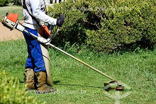 Funcionário cortando a grama da Estação de Tratamento de Água Moinhos de Vento (1928) - também conhecida como Hidráulica Moinhos de Vento  - Porto Alegre - Rio Grande do Sul (RS) - Brasil