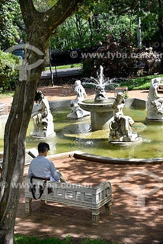 Homem lendo no jardim da Estação de Tratamento de Água Moinhos de Vento (1928) - também conhecida como Hidráulica Moinhos de Vento  - Porto Alegre - Rio Grande do Sul (RS) - Brasil