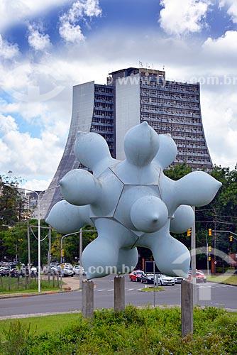 Escultura Supercuia (2004) de Saint Clair Cemin com o Centro Administrativo do Estado do Rio Grande do Sul (CAERGS) - também conhecido como Centro Administrativo Fernando Ferrari - ao fundo  - Porto Alegre - Rio Grande do Sul (RS) - Brasil