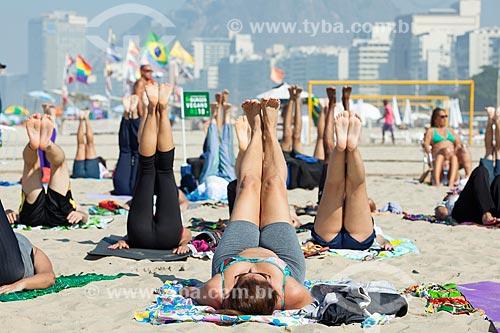 Aula aberta de Yoga na Praia de Copacabana durante o Dia Internacional do Yoga promovido pela Arte de Viver com apoio do Consulado da Índia  - Rio de Janeiro - Rio de Janeiro (RJ) - Brasil