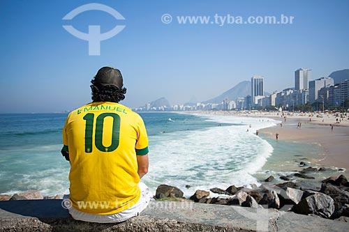 Homem com a camisa da Seleção Brasileira observando a paisagem a partir da orla da Praia do Leme  - Rio de Janeiro - Rio de Janeiro (RJ) - Brasil