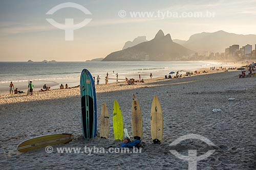 Pranchas de surf na orla da Praia de Ipanema com o Morro Dois Irmãos e a Pedra da Gávea ao fundo  - Rio de Janeiro - Rio de Janeiro (RJ) - Brasil