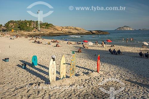 Pranchas de surf na orla da Praia de Ipanema com a Pedra do Arpoador ao fundo  - Rio de Janeiro - Rio de Janeiro (RJ) - Brasil