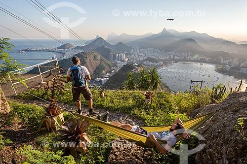 Homem operando um drone no Pão de Açúcar durante escalada  - Rio de Janeiro - Rio de Janeiro (RJ) - Brasil