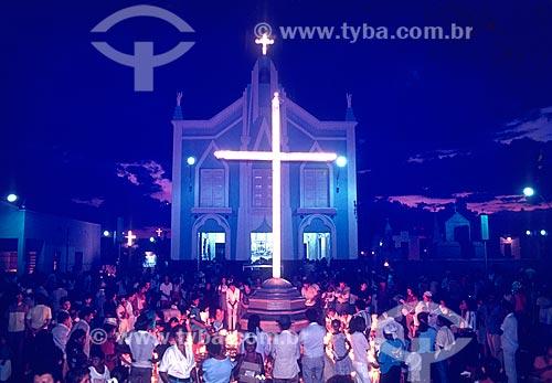 Romeiros na Praça do Cinquentenário com a Capela Nossa Senhora do Perpétuo Socorro (1909) - onde estão sepultados os restos mortais do Padre Cícero - ao fundo  - Juazeiro do Norte - Ceará (CE) - Brasil