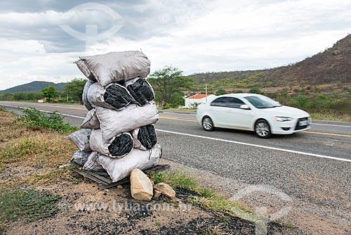 Detalhe de carvão à venda no acostamento da Rodovia BR-232  - Serra Talhada - Pernambuco (PE) - Brasil