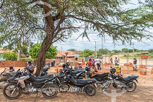 Motocicletas estacionadas durante mutirão para construção de oca na Comunidade Caatinga Grande na Terra indígena Truká - ACRÉSCIMO DE 100% SOBRE O VALOR DE TABELA  - Cabrobó - Pernambuco (PE) - Brasil