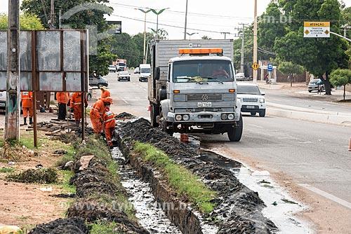 Funcionários do Departamento Estadual de Rodovias fazendo a manutenção da galeria de águas pluviais  - Crato - Ceará (CE) - Brasil