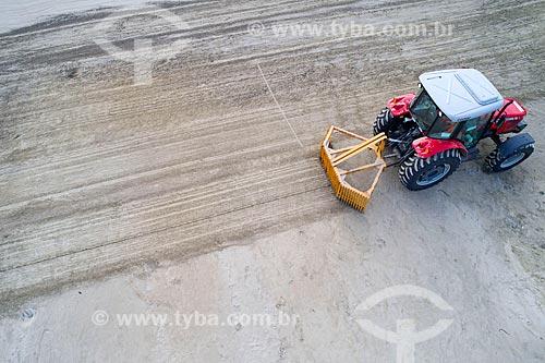 Foto feita com drone de trator fazendo a limpeza da areia da Praia da Enseada  - Bertioga - São Paulo (SP) - Brasil