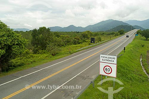 Foto feita com drone de placa indicando os limites de velocidades na Rodovia Doutor Manuel Hipólito Rego (SP-055)  - Bertioga - São Paulo (SP) - Brasil