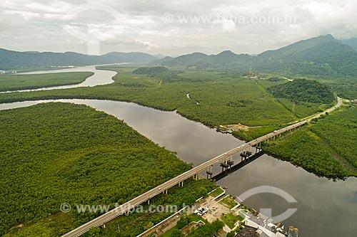 Foto feita com drone da ponte na Rodovia Doutor Manuel Hipólito Rego (SP-055) sobre o Rio Itapanhaú no Parque Estadual Restingas de Bertioga  - Bertioga - São Paulo (SP) - Brasil