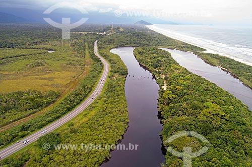 Foto feita com drone da Rodovia Doutor Manuel Hipólito Rego (SP-055) com o Rio Itaguaré no Parque Estadual Restingas de Bertioga  - Bertioga - São Paulo (SP) - Brasil