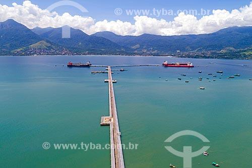 Foto feita com drone do Terminal Petroquímico da TRANSPETRO - subsidiária da PETROBRAS - no Porto de São Sebastião com a Ilhabela ao fundo  - São Sebastião - São Paulo (SP) - Brasil