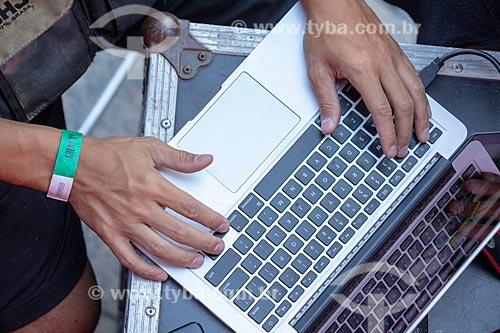 Detalhe da jornalista com laptop no Boulevard Olímpico durante o jogo entre Brasil x Bélgica pela Copa do Mundo 2018 - jogo em que o Brasil foi eliminado  - Rio de Janeiro - Rio de Janeiro (RJ) - Brasil