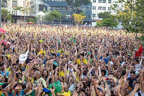 Detalhe da torcida pela Seleção Brasileira comemorando gol no Boulevard Olímpico durante o jogo entre Brasil x Bélgica pela Copa do Mundo 2018 - jogo em que o Brasil foi eliminado  - Rio de Janeiro - Rio de Janeiro (RJ) - Brasil