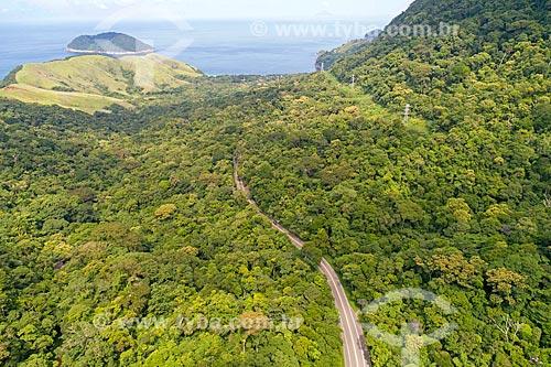 Foto feita com drone de Rodovia Doutor Manuel Hipólito Rego (SP-055) no Núcleo São Sebastião do Parque Estadual da Serra do Mar com a Ilha de Toque-Toque ao fundo  - São Sebastião - São Paulo (SP) - Brasil