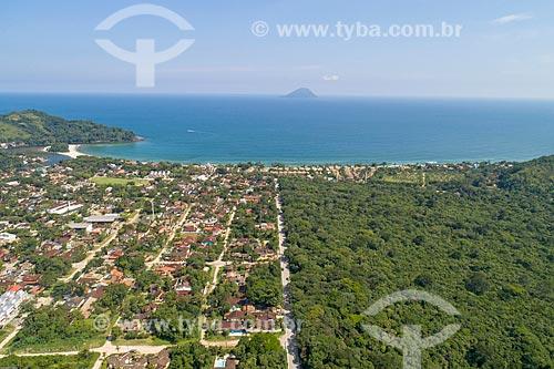 Foto feita com drone de entre área loteada e preservada no bairro Barra do Una com a Ilha Montão de Trigo ao fundo  - São Sebastião - São Paulo (SP) - Brasil