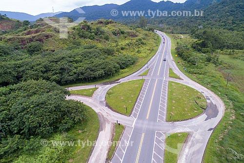 Foto feita com drone de rotatória da Rodovia Doutor Manuel Hipólito Rego (SP-055) próximo à Bertioga  - Bertioga - São Paulo (SP) - Brasil