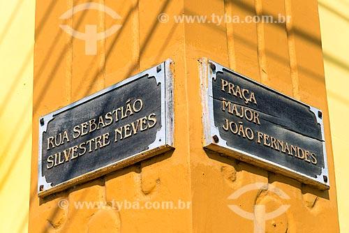 Detalhe de placas de rua de madeira no centro histórico de São Sebastião  - São Sebastião - São Paulo (SP) - Brasil