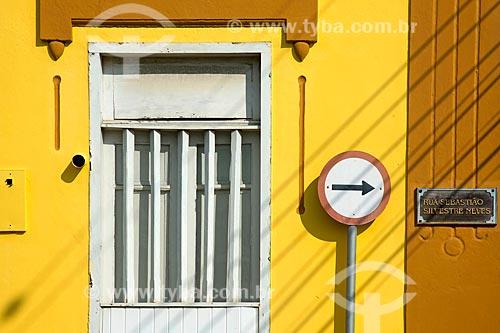 Detalhe de casario com sinalização rodoviária e placa de rua  - São Sebastião - São Paulo (SP) - Brasil