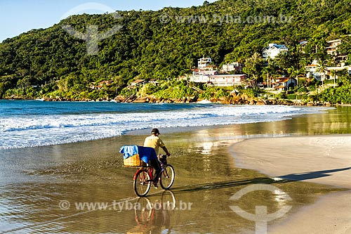 Homem andando de bicicleta na orla da Praia da Lagoinha  - Florianópolis - Santa Catarina (SC) - Brasil