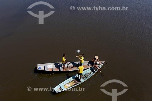Vista de cima de meninos ribeirinhos com a Camisa da Seleção Brasileira brincando com a Adidas Telstar - bola de futebol oficial da Copa do Mundo FIFA de 2018 - no Igarapé Açu  - Manacapuru - Amazonas (AM) - Brasil