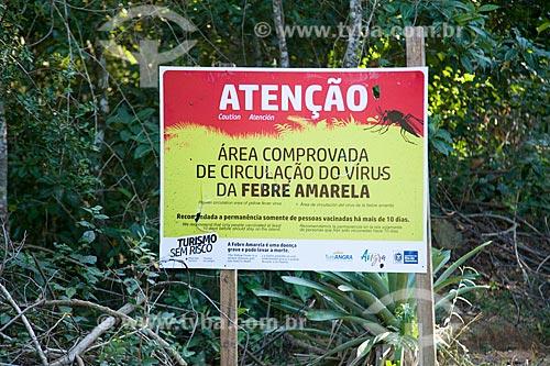 Placa de aviso informando sobre a circulação do vírus da Febre Amarela na Vila do Abraão  - Angra dos Reis - Rio de Janeiro (RJ) - Brasil