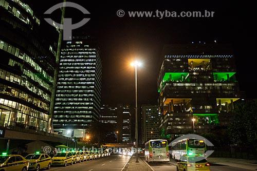 Vista do edifício sede do Banco Nacional de Desenvolvimento Econômico e Social (BNDES) - à esquerda - com o Edifício Sede da Petrobras - à direita - à noite  - Rio de Janeiro - Rio de Janeiro (RJ) - Brasil