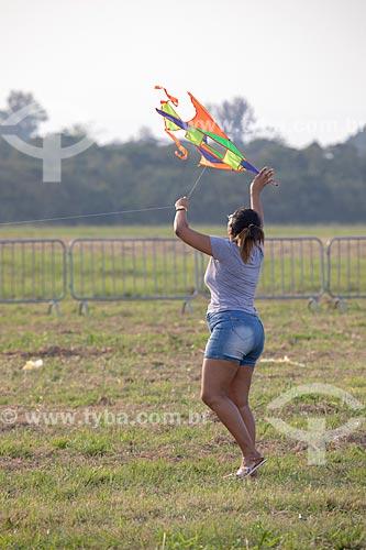 Mulher soltando pipa na Base Aérea dos Afonsos  - Rio de Janeiro - Rio de Janeiro (RJ) - Brasil