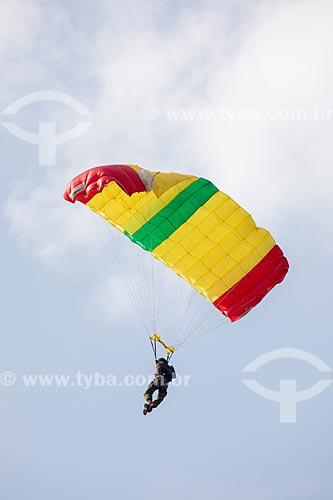 Paraquedista do grupo Cometas do Exército Brasileiro durante a comemoração dos 145 anos do nascimento de Santos Dumont na Base Aérea dos Afonsos  - Rio de Janeiro - Rio de Janeiro (RJ) - Brasil