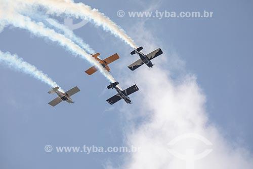 Aviões da Esquadrilha CÉU fazendo manobras acrobáticas durante a comemoração dos 145 anos do nascimento de Santos Dumont na Base Aérea dos Afonsos  - Rio de Janeiro - Rio de Janeiro (RJ) - Brasil