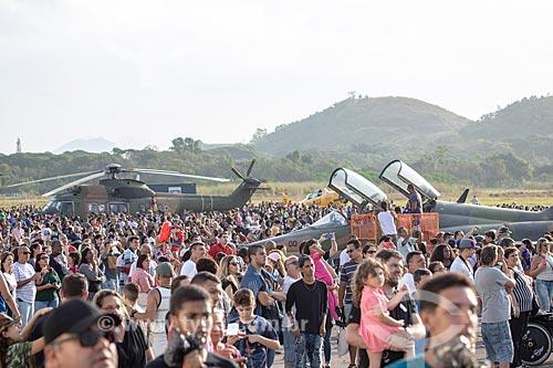 Público durante a comemoração dos 145 anos do nascimento de Santos Dumont na Base Aérea dos Afonsos com o avião caça Mirage e o helicóptero Super Puma CH-34  - Rio de Janeiro - Rio de Janeiro (RJ) - Brasil