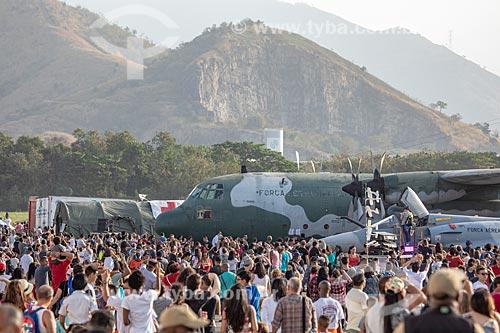 Público durante a comemoração dos 145 anos do nascimento de Santos Dumont na Base Aérea dos Afonsos com o avião caça Mirage e avião Hércules da Força Aérea Brasileira ao fundo  - Rio de Janeiro - Rio de Janeiro (RJ) - Brasil