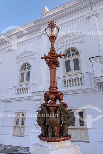 Detalhe de poste em frente ao Palácio dos Leões (1766) - sede do Governo do Estado  - São Luís - Maranhão (MA) - Brasil