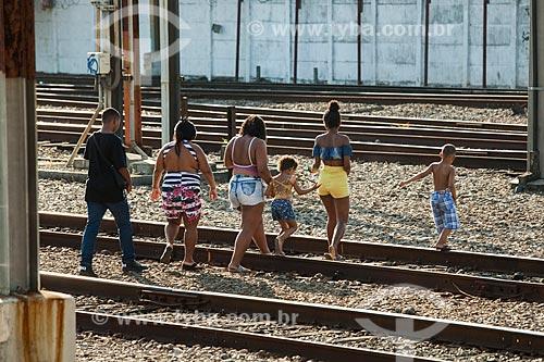 Família atravessando os trilhos na Estação Maracanã da Supervia - concessionária de serviços de transporte ferroviário  - Rio de Janeiro - Rio de Janeiro (RJ) - Brasil